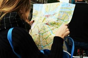Thea finner fram ved hjelp av kart i Amsterdam